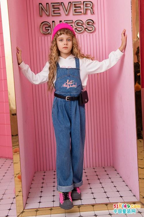 牛仔吊带裤与什么搭配最时髦?秋天怎么搭出高个腰细大长腿?