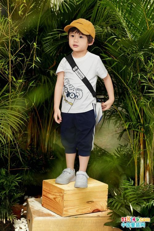短袖衫与几分裤搭配最时尚?蓝T和白T哪个和黑色马裤最配?