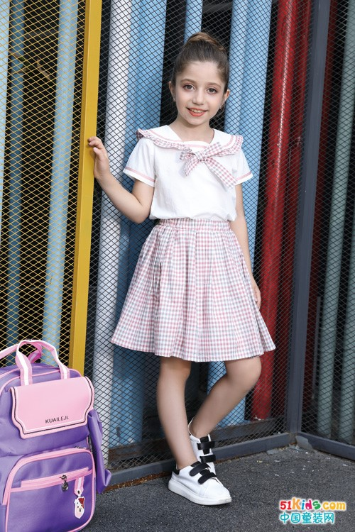 2021年流行那几款套裙?格子裙、碎花裙、条纹裙哪个更适合小女孩穿?
