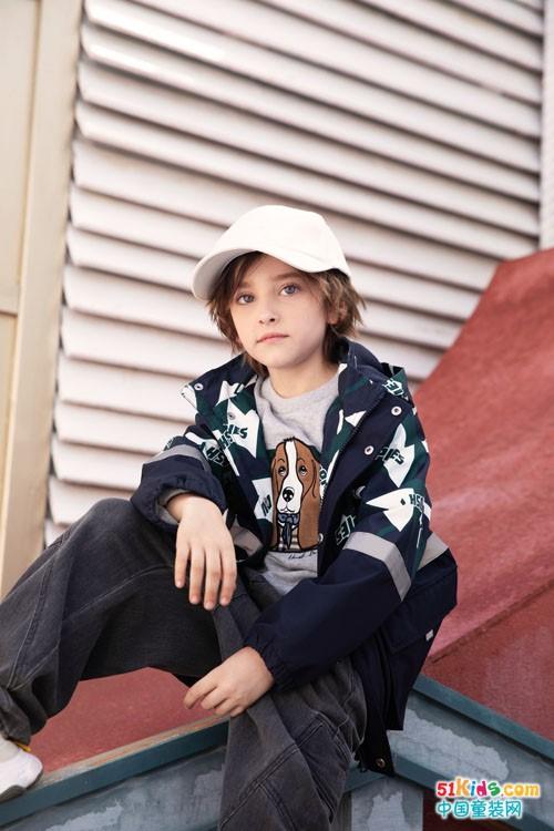今年秋季有哪些时髦的流行款式?深色系和浅色系哪个更适合男孩穿?