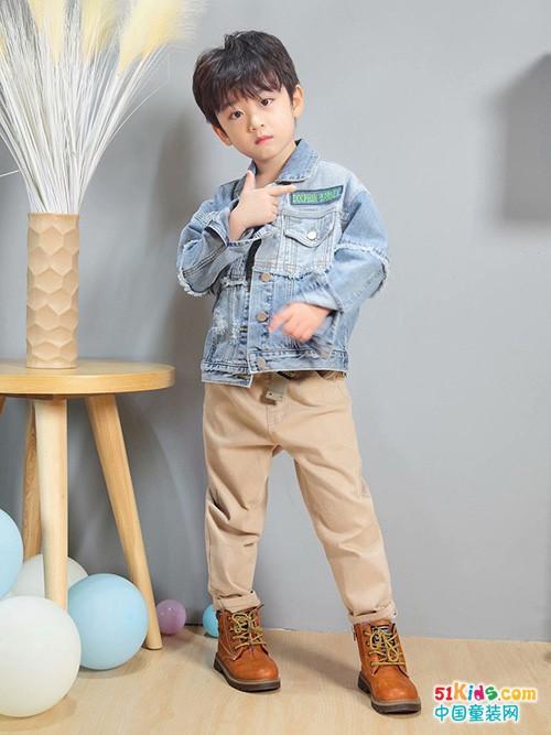 艾宝依童装休闲款这样搭配,小男生穿出潇洒帅气范