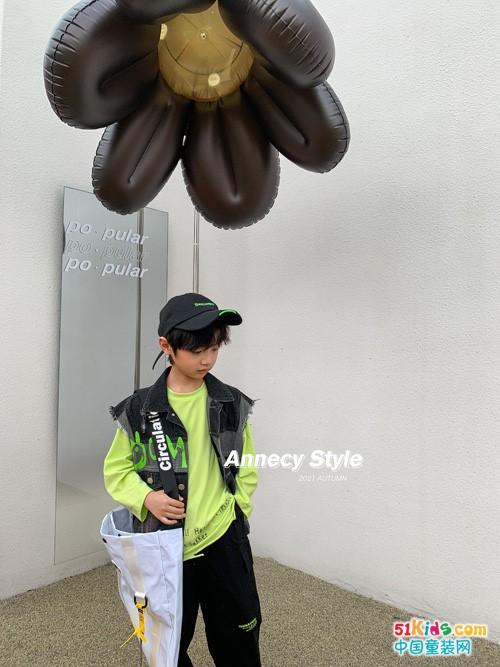 黑裤子和什么上衣搭配最吸睛?适合男孩穿的马甲有哪些经典款?