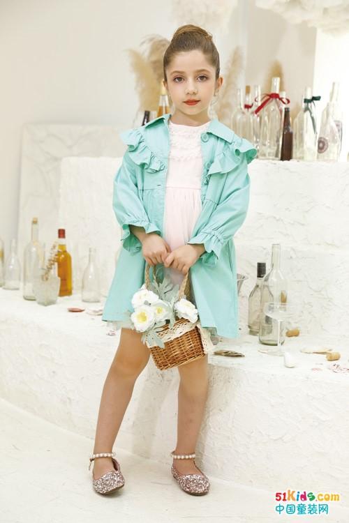 今秋流行那款简约的时尚女裙?如何把白裙子穿出童星范儿?