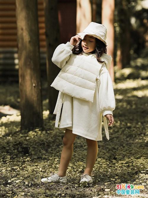 今年秋冬季有哪些好看的小女孩流行款?大身棉衣怎么搭不臃肿?