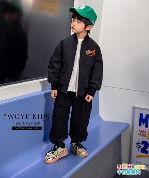 有哪些适合男孩穿的休闲运动风格?黑裤子和什么颜色的上衣搭配最经典?