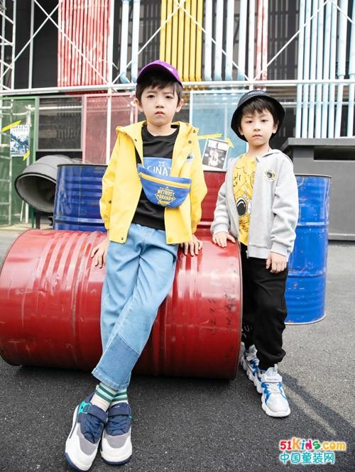 有哪些适合男孩穿的经典款秋装?男孩穿什么裤子更显腿长?