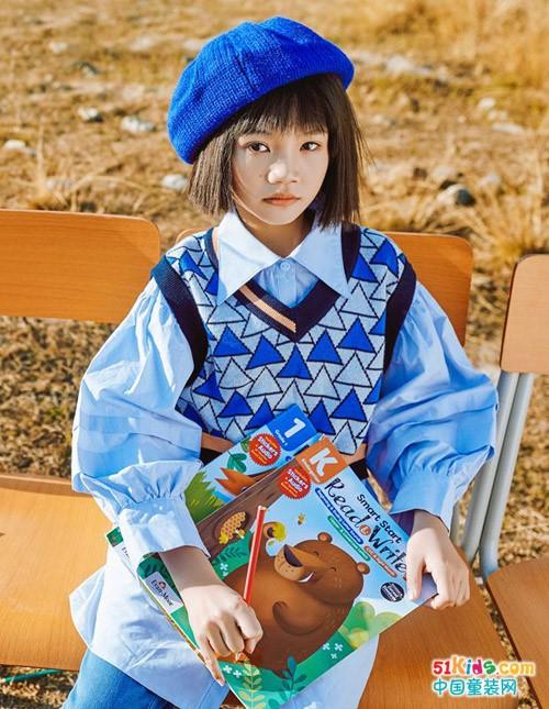 明媚的蓝和宁静的米色哪个上身后更闪更出彩?格子裙配什么上衣最经典?