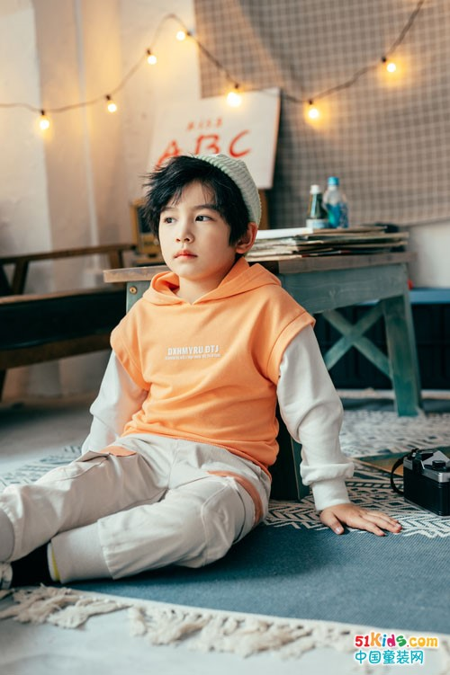 五六岁小男孩穿的秋日长T有哪些新款?牛仔裤如何搭配更吸睛?