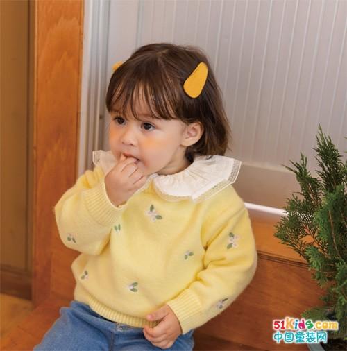 三四岁女宝宝秋冬标配,花瓣领如此吸睛