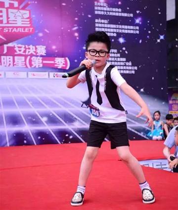 恭贺JOJO童装非常小明星周之星将出演大型电视剧《期盼的眼睛》男一号