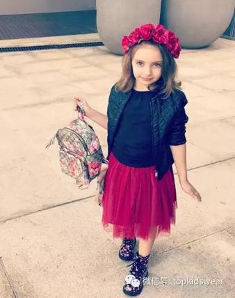 小妞们最爱的裙装之一,穿了小纱裙才是美美的公主~