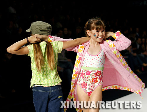 T台小明星 10月27日,在墨西哥城举行的墨西哥时装周上,两名女孩展示设计师巴尔比设计的童装。 新华社/路透